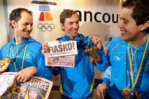 Längdlandslaget visar upp medaljskörden från OS i Vancouver. Från vänster: Anders Södergren, Johan Olsson och Marcus Hellner skojar om kvällstidningsrubriker. Bild: Leif R Jansson/TT.