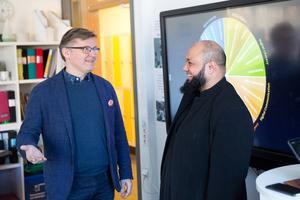 Hovsjöskolans rektor Håkan Malmrot samtalar med läraren och gästföreläsaren Abdul Chohan, från Bolton i England.