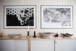 I hallen hänger ett av Lisas egna verk till vänster och maken Staffans Westerlund till höger.