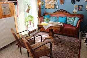 Soffan fanns här redan när Pia Möller-Andersen flyttade in. Fåtöljerna fanns hos hennes svärmor och soffbordet hittade hon på ett loppis. Mattan är köpt på Ikea.