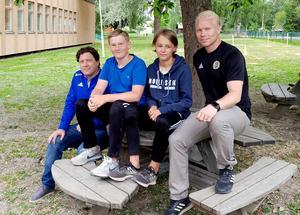 Peter Nyh, marknadschef, och Benny Mattsson, ansvarig för GIF-tipselit, ser fram emot samarbetet med skolan i Hudiksvall. Här sitter GIF-profilerna med två av eleverna. Foto: GIF Sundsvall.