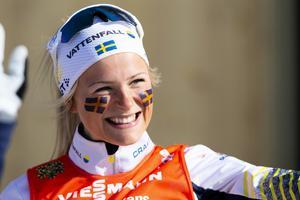 Frida Karlsson fick sitt stora genombrott i vintras från premiären i Brukvsvallarna till sitt första mästerskap , VM där hon säkrade hela tre medaljer. Foto: Fredrik Hagen/TT