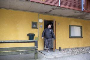 Ovanför Kristin Söderbergs ytterdörr föll två betongstycken ned för två år sedan. I förra veckan föll ytterligare ett stycke, den här gången över familjens uteplats.