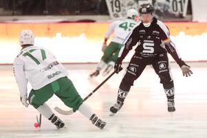 Daniel Berlin försöker stoppa Robin Sundin.