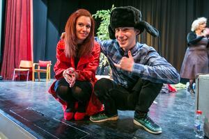 """Efter föreställningen satte sig Natasja Kråik  på huk bredvid dragspelaren Adam Kallin som mot slutet brast ut i kosackdans. Tecknet är det ryska tecknet för """"hardbase""""."""