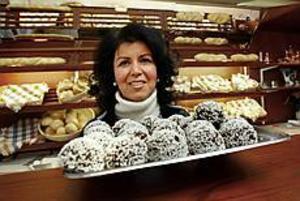 Azam Pakneshan på Konditori Princess har chokladbollar med antingen pärlsocker eller kokos. - Det finns de som säger negerboll när de beställer, det är inte roligt, säger hon. Foto: Lars Wigert