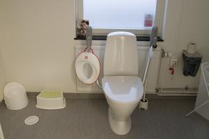 Toaletten är anpassad att kunna användas även av de minsta barnen. Här finns också ett skötbord.