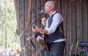 Tomas Andersson Wij backades upp av Anders Hall på fiol och Anna Landström på keyboards.