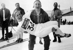 Toini Gustafsson jublar tillsammans med tränaren Åke Fredriksson efter att ha vunnit guld i damernas fem kilometer under OS i Grenoble 1968. Tillsammans med Britt Strandberg och Barbro Martinsson knep hon också ett silver i stafetten. Totalt tog Gustafsson tre medaljer under mästerskapet. Bild: TT.