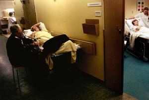 Patient i säng i korridoren. Bilden är från ett annat sjukhus. Bild: Jurek Holzer/SCANPIX