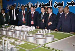 Sudans president Omar al-Bashir och hans kinesiske kollega Hu Jintao tittar på en modell av ett oljeraffinaderi norr om Khartoum. Kina är överallt i Afrika numera och hjälpter till att snabbt förändra utvecklingsländerna. Bild: Abd Raouf/AP Photo