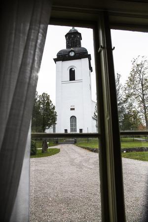 Genom fönstret i stora salen tornar Järvsö kyrka upp sig. Kyrkan som kyrkoherde Erik Agnell lät bygga på 1800-talet.