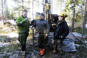 Arkivbild från mars 2015 när Aura Energy lät provborra efter uran i skogen väster om 321:an vid Getåsen i Myrviken. Emil Thomsson, Alexander Hellström och geolog Helena Karlsson provborrade.