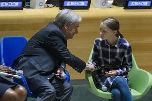 Miljöaktivisten Greta Thunberg skakar hand med FN:s generalsekreterare Antonio Guterres i september i år. Foto: Eduardo Munoz Alvarez/TT