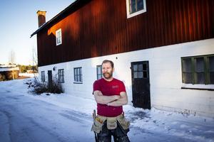 Peter Linzie framför den ladugårdsbyggnad som hör till Ersk-Ers.