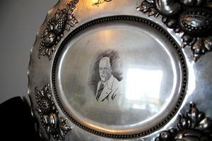 På fatet är ett porträtt av Sofias farfars far Daniel Pettersson inristat.