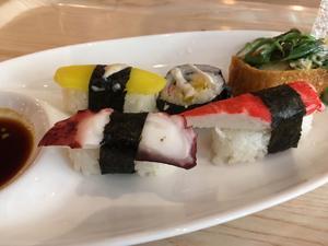 Rikligt, och av allt möjligt ur det asiatika köket. Här har vi serverat oss från sushi-bänken.