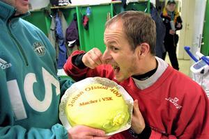 Firas med 400-tårta efter sin 400:ade match i VSK-tröjan.