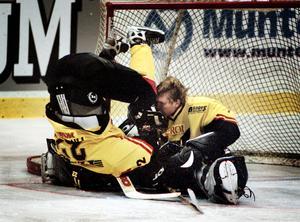 Det var inte bara Erik Ersberg som stod på huvudet när VIK besegrade Surahammar på bortais den 17 oktober 2001.