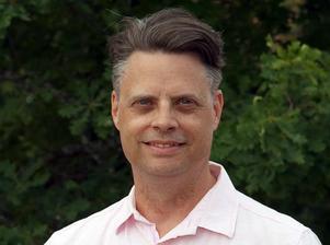 Robert Österlund (V) tycker det är helt fel att kommunen betalar ett startbidrag till ett vinstdrivande privat bolag som omsätter mångmiljonbelopp.
