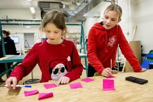 Alva Dahl Styf är nio år och började på Geek Girl Mini i höstas. Freja Melander har varit med i flera år och hon trivs i miljön på Tvätteriet.