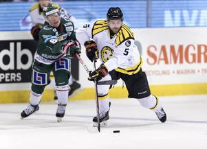 Brynäs Lukas Kilström  jagas av Frölundas Ryan Lasch under en match förra säsongen. Arkivbild: TT