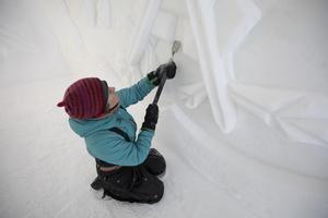– Snö och is är levande material och beter sig helt olika beroende på temperatur, hur det frusit till, om det är konstsnö eller naturlig snö, säger Anna Öhlund.