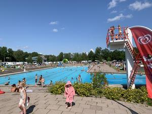Skantzöbadet – ett populärt ställe att besöka med barnen på hemmasemestern. Bilden togs den 20 juli 2019 då det sattes nytt besöksrekord (Arkivbild)