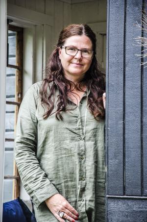Ingela Lundwall hade en dröm om att ha ett hus med tinnar och torn. En vacker dag slog drömmen in när hon och sambon Thommy hittade ett gammalt gult hus, som de kunde bygga vidare på.
