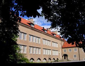 På Korsängskolan i Västerås arbetade folkskoleläraren Harald Tännsjö. Skolans överdådiga arkitektur var ämnad att underkuva eleverna, skriver sonen Torbjörn Tännsjö i sin biografi.