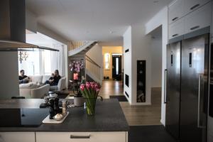 Per Arnlund och Camilla Englund har köpt ett Myresjöhus. I grunden är huset av modellen Ängsö. De har utökat det något mot originalet och huset är på 206 kvadratmeter.