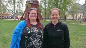 Therese Lindberg och Johanna Persson, ordföranden för lärarfacken i Mora, är glada över uppslutningen för Lärarmarschen. Foto: Privat.