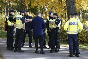 Polisen samlar sig efter lunch. Nya sökinsatser ska genomföras under eftermiddagen.