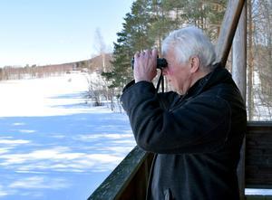 Han har varit kommunal naturvårdssekreterare, naturvårdare och ekolog – titlarna har varierat, men nu är han rätt och slätt naturvårdare. Här är han i ett av fågeltornen vid Limsjön.