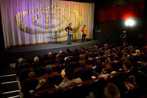 Fredrik Wikingsson och Filip Hammar avslutade första dagens turné med att besöka kvällsföreställningen på Filmstaden i Sundsvall.