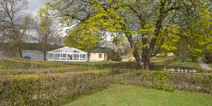 Arbetet med tältet är i gång i parken vid Taxinge slott. Tv-inspelningarna pågår från mitten av maj till mitten av juni.