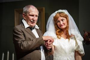 Som tack för att godsherren, Sören Windahl, räddat livet på Mimmi, Sanna Gustavsson, ska han gifta sig med den betydligt yngre kvinnan.Foto: Lennye Osbeck