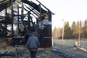 Ivar Hisved inspekterar pannrummet dagen efter branden.