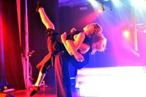 Danseleverna bjöd på akrobatik.