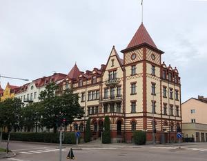 Det karaktäristiska flerfamiljshuset som ligger vägg i vägg med Staketgatan 11 i centrala Gävle borde ha nummer 13. Men genom makt och inflytande lyckades byggherren undvika olyckstalet. Foto: Ulf Ivar Nilsson