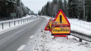 Trafikverket har placerat ut varningsskyltar längs väg 68 för att uppmärksamma bilister på den trasiga vägbanan. Här vid avfarten till Rönningen.