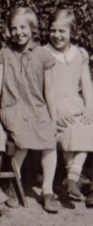 Naemi och May syns på ett vykort från Sparvboet. Foto: May Haléns privata album