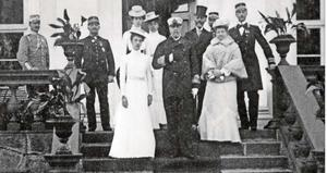 Bilden är från tidningen Minnenas Journal och visar kung Oscar II  på kunglig visit på Huseby. Florence står till vänster om kungen.