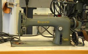Den gamla symaskinen från 50-talet har stått i en syfabrik där Helen Wahlfridssons mamma jobbade som ung.