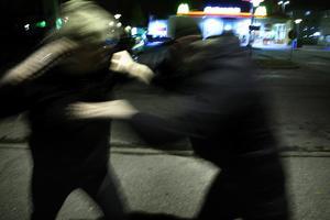 Två män har åtalats misstänkta för flera brott i Ludvika. Den yngre ska ha misshandlat en man och sedan ska den åtalade duon ha jagat mannen från platsen, beväpnade med kniv och yxa. OBS: Bilden är arrangerad.Foto: Peter Ohlsson/Arkiv