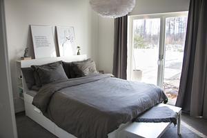 Från sovrummet kommer man direkt ut till trädäcket och poolen. Perfekt för morgondopp. För att ytterligare bidra till den mysiga känslan har de valt att lägga heltäckningsmatta i alla sovrum.