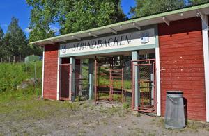 Kulturföreningen har tittat på möjligheterna att bygga en ny dansbane-, scen- och servicebyggnad snett ovanför entrén, där det på bilden syns en grön toalettvagn.