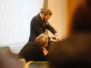 Gryningspyromanen Ulf Borgström med advokat Viktor Svartz under en häktningsförhandling.