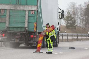 """""""Igår var det ett under att en lastbil inte klippte min backspegel. De som kör distribution har ingen förståelse alls. Och flygbussarna, de har alltid bråttom"""" säger Eva Rosell."""