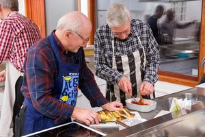 Två som hjälptes åt med kökssysslorna är Erik Åsman och Beppe Isacsson.